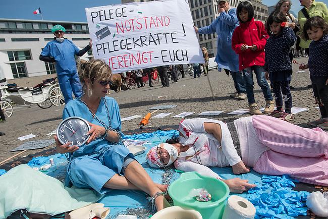 Pflege in Bewegung - Bundesweite Gefaehrdungsanzeige.<br /> Am Freitag den 12. Mai fand in Berlin zum &quot;Internationaler Tag der Pflege&quot; die Abschlussveranstaltung der Aktionskampagne &quot;bundesweite Gefaehrdungsanzeige&quot; am Brandenburger Tor statt.<br /> Neben Redebeitraegen von Politik gab es es Statements von Initiatoren der Kampagne und Aktivisten der Pflegeszene, sowie Politiker der Linkspartei, der SPD und der Gruenen. Erstmals wurde das Strategiepapier &quot;Zukunft(s)Pflege&quot; oeffentlich vorgestellt.<br /> Im Anschlus wurden ueber 8.500 Unterschriften im Bundesgesundheitsministerium uebergeben.<br /> Im Bild: Eine Pflegerin in Ketten (Ueberforderung) und eine Patientin, der sie nicht helfen kann.<br /> 12.5.2017, Berlin<br /> Copyright: Christian-Ditsch.de<br /> [Inhaltsveraendernde Manipulation des Fotos nur nach ausdruecklicher Genehmigung des Fotografen. Vereinbarungen ueber Abtretung von Persoenlichkeitsrechten/Model Release der abgebildeten Person/Personen liegen nicht vor. NO MODEL RELEASE! Nur fuer Redaktionelle Zwecke. Don't publish without copyright Christian-Ditsch.de, Veroeffentlichung nur mit Fotografennennung, sowie gegen Honorar, MwSt. und Beleg. Konto: I N G - D i B a, IBAN DE58500105175400192269, BIC INGDDEFFXXX, Kontakt: post@christian-ditsch.de<br /> Bei der Bearbeitung der Dateiinformationen darf die Urheberkennzeichnung in den EXIF- und  IPTC-Daten nicht entfernt werden, diese sind in digitalen Medien nach &sect;95c UrhG rechtlich geschuetzt. Der Urhebervermerk wird gemaess &sect;13 UrhG verlangt.]