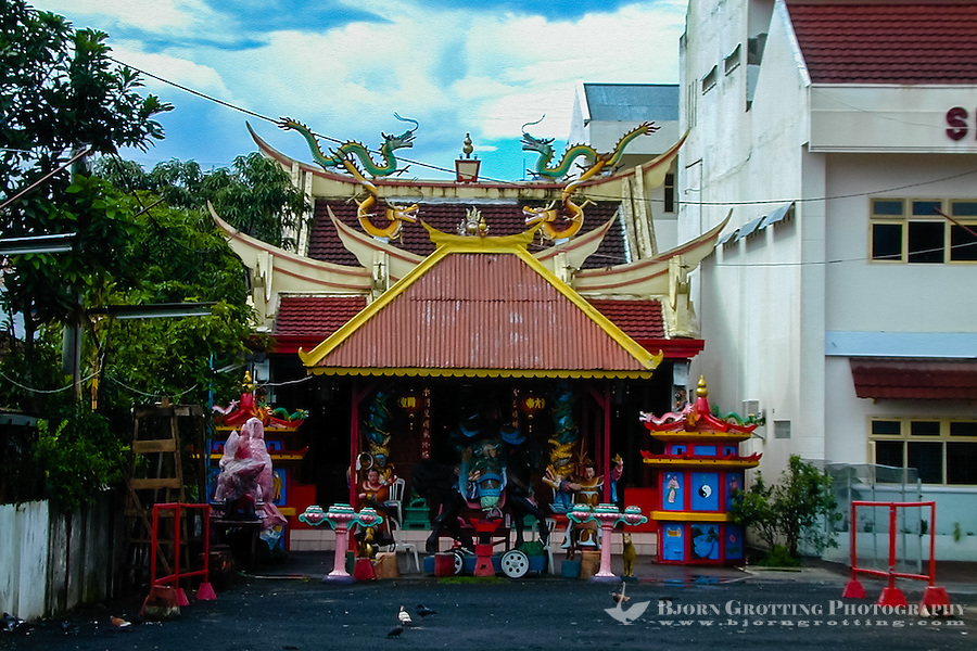 Indonesia, Sulawesi, Manado. A small temple close by the Ban Hin Kiong Temple.
