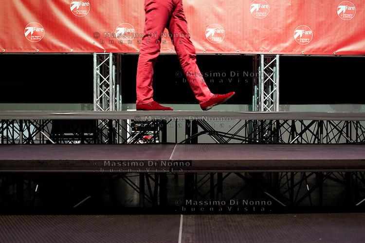 """Milano: le scarpe di Oscar Giannino durante il suo intervento  all'Anti-meeting, evento organizzato da """"Fare per Fermare il Declino"""", il movimento politico fondato da Oscar Giannino ed economisti."""