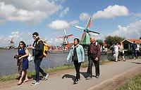 Nederland  Zaanse Schans  2016. Toeristen lopen langs de molens aan de Zaan.  Foto Berlinda van Dam / Hollandse Hoogte