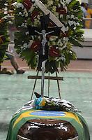 SANTOS, SP, 07 MARÇO 2013 - VELÓRIO CANTOR CHORÃO -O Corpo do vocalista Alexandre Magno Abrão, o Chorão, da banda Charlie Brown Jr., é velado no ginásio esportivo Arena Santos, nesta quinta-feira, 07, na Baixada Santista. Chorão foi encontrado morto na manhã de hoje, em seu apartamento, em São Paulo. (FOTO: ADRIANO LIMA / BRAZIL PHOTO PRESS).