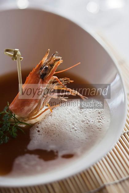 Europe/France/Rhône-Alpes/74/Haute Savoie/Morzine: Nage comme un  dashi au goût fumé, avec son écume de fenouil, ses ravioles de grosses crevettes au gingembre recette de  Lionel Cotentin du Restaurant: Le Chalet  Philibert