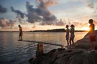 20140805 Vilda-l&auml;ger p&aring; Kragen&auml;s. Foto f&ouml;r Scoutshop.se<br /> scout, scouter, kv&auml;ll, bada, hoppa, vatten, klippa, solnedg&aring;ng