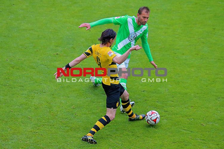 16.05.2015 Volkswagen Arena, Wolfsburg, GER, 1.FBL, VfL Wolfsburg vs Borussia Dortmund, im Bild <br /> <br /> Neven Subotic #4 gegen Bas Dost #12<br /> <br /> Foto &copy; nordphoto / Rust