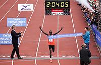 Nederland - Amsterdam - 2018 . De Marathon van Amsterdam. Lawrence Cherono, de winnaar van de Amsterdam marathon, verbeterde zondag voor het tweede jaar op rij het parcoursrecord, dat nu op 2.04,06 staat. De teller geeft 2.04,05 aan.   Foto Berlinda van Dam / Hollandse Hoogte