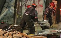 SAO PAULO, SP, 28 DE FEVEREIRO 2013 - QUEDA DE MARQUISE - Bombeiros procuram por pessoas sobre os escombros da marquise de um prédio que desabou no bairro da Liberdade, região central de São Paulo, no início da noite desta quinta-feira. Pelo menos uma pessoa morreu no incidente. FOTO: WILLIAM VOLCOV - BRAZIL PHOTO PRESS.