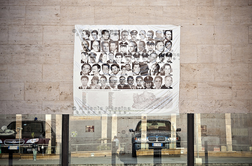 Poster with the faces of the victims of mob hung on the walls of the court of Palermo.<br /> Manifesto con i volti delle vittime di mafia appeso sul prospetto del tribunale di Palermo