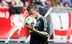 Nederland, Enschede, 29 april 2012.Eredivisie.Seizoen 2011-2012.FC Twente-Ajax.Theo Janssen van Ajax kust de bal, voordat hij de stafschop gaat nemen.