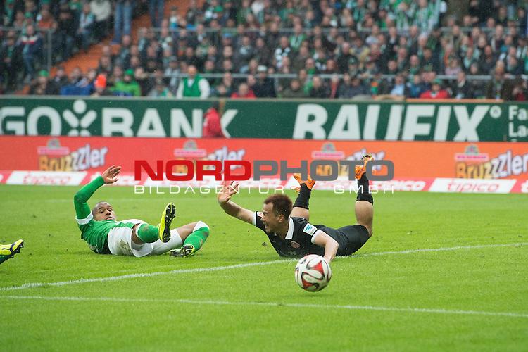 04.04.2015, Weser Stadion, Bremen, GER, 1.FBL. Werder Bremen vs 1. FSV Mainz 05, im Bild<br /> <br /> <br /> Shinji Okazaki (FSV Mainz 05 #23) fordert nach dem dem Zweikmapf mit Theodor Gebre Selassie (Bremen #23) einen Elfmeter<br /> <br /> <br /> Foto &copy; nordphoto / Kokenge