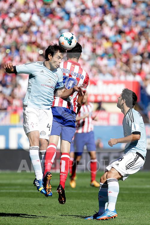 Atletico de Madrid´s Diego Costa (C) and Celta de Vigo´s Oubiña (L) during La Liga 2013/14 match. October 06, 2013. (ALTERPHOTOS/Victor Blanco)