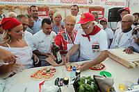 Lidia Bastianich prepara una pizza durante il 14° Campionato mondiale dei Pizzaiuoli  dove presiede la giuria e festival della pizza sul lungomare di Napoli