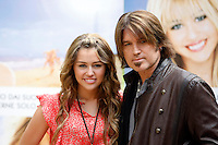 "L'attrice statunitense Miley Cyrus, a sinistra, e suo padre, l'attore Billy Ray Cyrus, posano durante un photocall per la presentazione del film ""Hannah Montana: The movie"" a Roma, 20 aprile 2009..U.S. actress Miley Cyrus, left, and her father, actor Billy Ray Cyrus, pose during a photocall for the presentation of the movie ""Hannah Montana: The movie"" in Rome, 20 april 2009..UPDATE IMAGES PRESS/Riccardo De Luca"