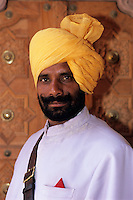 India, Rajasthan, Portrait of local man in turban | Indien, Rajasthan, Mandawa: Portrait eines Einheimischen mit Turban