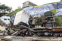 SÃO PAULO,SP, 02.03.2016 - ACIDENTE-SP - Terreno cede e caminhões invadem condomínio na região do Cangaíba, Zona Leste de São Paulo (SP), após as chuvas desta terça-feira (1). Três cavalos mecânicos, que estavam em um pátio da Polícia Civil, invadiram um conjunto de quatro prédios, localizado na Rua Munhoz de Melo, 480, no Jardim Dânfer. Nove motocicletas, pertencentes a moradores do local, ficaram destruídas e ninguém se feriu. (Foto: Vanessa Carvalho/Brazil Photo Press)