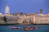 Afrique/Maghreb/Maroc/El-Jadida : Remparts de la Citadelle Portugaise et barques de pêcheurs au port de pêche