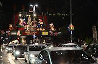 ATENCAO EDITOR: FOTO EMBARGADA PARA VEICULOS INTERNACIONAIS. SAO PAULO, SP, 12 DE DEZEMBRO DE 2012 - Decoracao de Natal na Avenida Paulista, vista na noite desta terca feira, regiao central da capital. FOTO: ALEXANDRE MOREIRA - BRAZIL PHOTO PRESS.