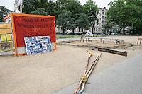 Brandanschlag auf Info-Zelt der Fluechtlinge in Berlin-Kreuzberg.<br /> Laut dem Berliner Radiosender Inforadio haben zwei Jugendliche am Donnerstag den 19. Juni 2014 gegen 4.30 Uhr brennende Gegenstände auf das Zelt geworfen. Die Polizei will zur Brandursache nichts sagen.<br /> Das Infozelt wurde als Kompromiss zwischen dem Berliner Senat, dem Bezirk Kreuzberg-Friedrichshain und den Fluechtlingen am 14. April auf dem Oranienplatz errichtet.<br /> 19.6.2014, Berlin<br /> Copyright: Christian-Ditsch.de<br /> [Inhaltsveraendernde Manipulation des Fotos nur nach ausdruecklicher Genehmigung des Fotografen. Vereinbarungen ueber Abtretung von Persoenlichkeitsrechten/Model Release der abgebildeten Person/Personen liegen nicht vor. NO MODEL RELEASE! Don't publish without copyright Christian-Ditsch.de, Veroeffentlichung nur mit Fotografennennung, sowie gegen Honorar, MwSt. und Beleg. Konto:, I N G - D i B a, IBAN DE58500105175400192269, BIC INGDDEFFXXX, Kontakt: post@christian-ditsch.de]