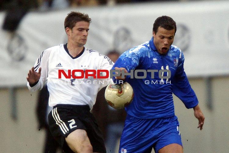 Laenderspiel EM 2004 Qualifikation<br /> Deutschland vs. Island 3:0<br /> Sebastian Kehl (links) von Deutschland im Zweikampf mit <br /> Helgi Sigurdsson (rechts) von Island.<br /> Foto &copy; nordphoto - Ruediger Lampe<br /> <br />  *** Local Caption *** Foto ist honorarpflichtig! zzgl. gesetzl. MwSt.<br />  Belegexemplar erforderlich<br /> Adresse: nordphoto<br /> Georg-Reinke-Strasse 1<br /> 49377 Vechta
