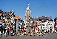 Sint Christoffel Kathedraal in Roermond. Terrasjes op de Markt