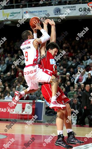 2010-02-13 / Basketbal / seizoen 2009-2010 / Antwerp Giants - Luik / Timothy Black (Giants) wordt gehinderd door Stipanovic van Luik. .Foto: mpics