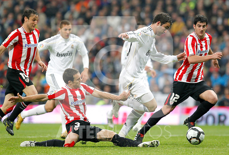 Real Madrid's Gonzalo Higuain against Athletic de Bilbao's Koikili del Campo and Mikel San Jose during La Liga match, May 08, 2010. (ALFAQUI/Cid-Fuentes).