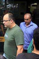 RIO DE  JANEIRO,07 DE  MAIO DE  2012  -  CASO FOTOS CAROLINA DIECKMANN -  Tecnico de informatica  (de verde) deixa delegacia  de Repreenssão  aos crimes de  informática (DRCI),  apos  prestar depoimento após seu laptop ser  invadido e  ter suas  imagens intimas publicadas  na  internet. O advogado criminalista Carlos de  Alemida Castro  resposável pelo caso disse que  serão  tomadas as medidas legais. FOTO: GUTO MAIA / BRAZIL PHOTO PRESS
