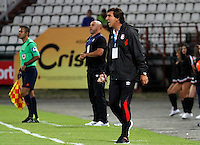 MANIZALES - COLOMBIA, 23-02-2017: Gustavo Costas técnico de Independiente Santa Fe gesticula durante partido contra Once Caldas por la fecha 5 de Liga Águila I 2017 jugado en el estadio Palogrande de la ciudad de Manizales. / Gustavo Costas coach of Independiente Santa Fe gestures during match for the date 5 of the Aguila League I 2017 played at Palogrande stadium in Manizales city. Photo: VizzorImage / Santiago Osorio / Cont