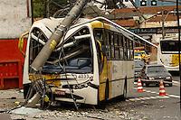 SÃO PAULO,SP,28.08.2014 - ACIDENTE ÔNIBUS POSTE - Um ônibus pateu contra um poste no inicio da manhã de hoje (28) na Av.Itaquera altura do numero 7.800 na zona leste o motorista do ônibus teve apenas ferimentos leves e foi socorrido ao pronto socorro da região.(Foto Ale Vianna/Brazil Photo Press).