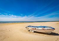 Spanien, Andalusien, Provinz Cádiz, Zahara de los Atunes: Strand an der Costa de la Luz, Boot | Spain, Andalusia, Province Cádiz, Zahara de los Atunes: beach at Costa de la Luz, boat