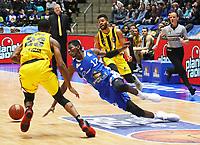 Isaac Bonga (Fraport Skyliners) rutscht aus gegen Elgin Cook (MHP Riesen Ludwigsburg) - 04.02.2018: Fraport Skyliners vs. MHP Riesen Ludwigsburg, Fraport Arena Frankfurt