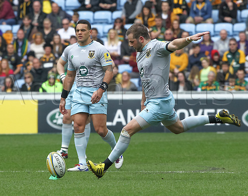03.04.2016. Ricoh Arena, Coventry, England. Rugby Aviva Premiership. Wasps versus Northampton Saints.   Saints Stephen Myler kicks the first penalty.