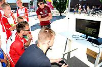 EMMEN - Opendag FC Emmen , Oude Meerdijk, seizoen 2018-2019, 15-07-2018,  Gamen met e-sporter Jans