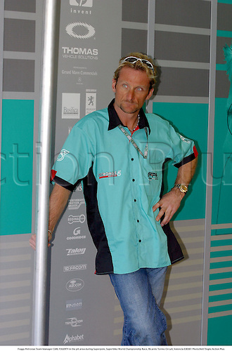 Foggy Petronas Team Manager CARL FOGERTY in the pit area during Superpole, Superbike World Championship Race, Ricardo Tormo Circuit, Valencia 030301 Photo:Neil Tingle/Action Plus ...2003  .man men superbikes motorcycle motorcycles bike bikes.managers.     . ...  ..