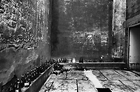 il cortile dell'ora d'aria nell'ex carcere san Donnino di Como. Sul muro un graffito