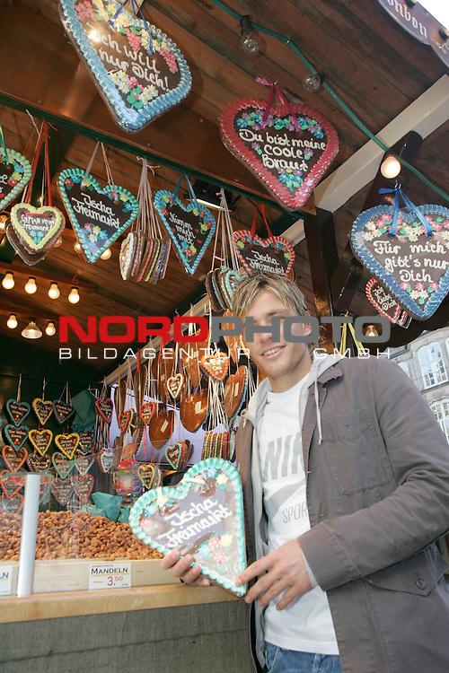 FBL 2006/2007 - Clemens Fritz -  Werder Bremen<br /> <br /> Clemens Fritz mit Lebkuchen Herz - Ischa Freimarkt - an einem Stand auf dem Bremer Marktplatz.<br /> Zur Zeit findet in Bremen das tradionelle Volksfest Freimarkt statt.<br /> <br /> Foto &copy; nordphoto <br /> <br /> <br /> <br />  *** Local Caption ***