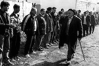 Kosovo   Novembre 2000.Pe? (in albanese Pejë / Peja; in serbo Pe?).Il funerale di quattro rom Askalia uccisi al rientro delle loro case provenienti dai campi profughi da uomini di entia albanese.  Gli uomini del villaggio ricevono gli ospiti convenuti per il funerale