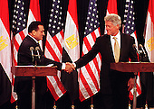 Washington, DC - July 1, 1999 -- United States President Bill Clinton and President Hosni Mubarak of Egypt shake hands during theirjoint press conference on 1 July, 1999.  The two leaders met for more than two hours in the Oval Office and over lunch in the White House residence.  .Credit: Ron Sachs / CNP