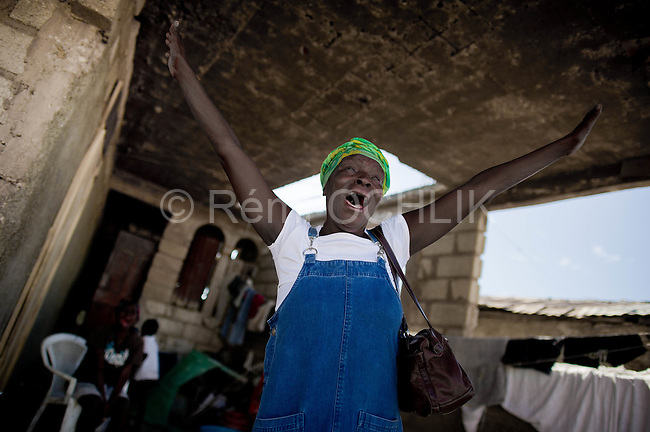 © Remi OCHLIK/IP3 - Gonaives on 2010 november 10 - A three-week-old cholera epidemic that has killed more than 640 people in Haiti is spreading quickly in the northwest coastal city of Gonaive..A woman cries after her neighboor body was taken by authorities
