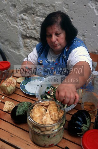 Europe/Italie/La Pouille/Bari: Scene de rue, femme préparant des aubergines confites à l'huile d'olive et aux piments