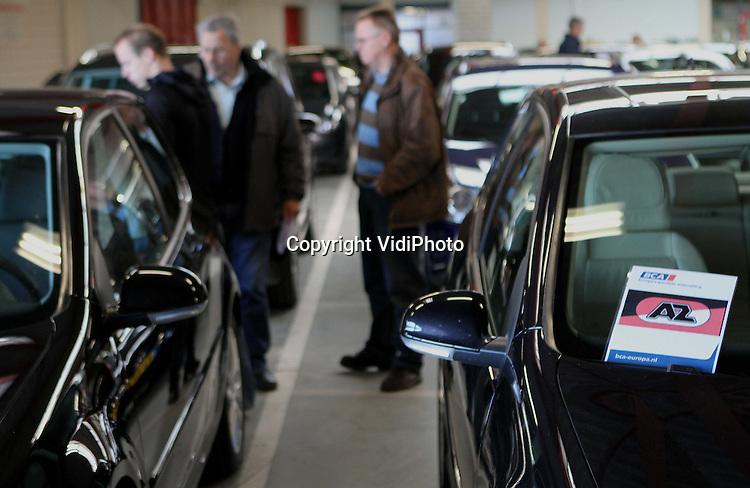 Foto: VidiPhoto..BARNEVELD - Enkele duizenden belangstellenden kwamen zaterdag naar Barneveld om de ruim 280 auto's van de failliete DSB-bank te bekijken. Bij BCA Autoveiling worden de voertuigen woensdag fysiek en online geveild. Ook de personenauto's van de DSB-schaatsploeg, de spelers van AZ en de mercedes van oud-DSB-directeur Scheringa zijn te koop. Volgens eigenaar Iede Aukema van BCA, het enige autoveilingbedrijf van Nederland, is er nog nooit zoveel belangstelling geweest voor een autopark als bij de verkoop van de DSB-voertuigen. Diverse ex-werknemers van DSB zijn volgens hem van plan hun 'eigen' auto terug te kopen.