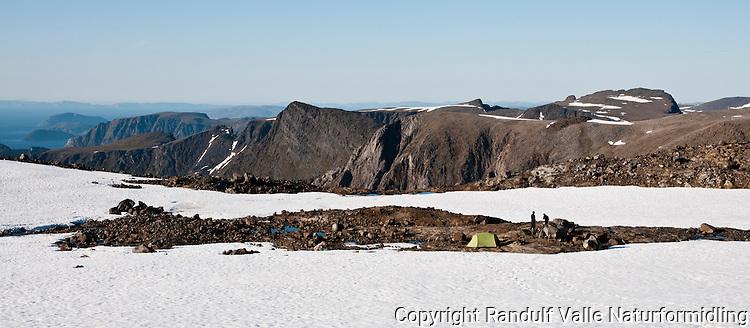 Teltleir i nordenden av breen Nordmannsjøkulen på Seiland. ---- Camp at the north end of the glacier Nordmannsjøkulen.