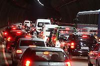 SAO PAULO, SP, 05/06/2012, TRANSITO.<br /> <br /> O transito est&aacute; complicado no Complexo Viario Maria Maluf no sentido da Z. Sul, na madrugada de hoje(05).<br /> Uma carreta superdimensionada quebrou  proximo ao t&uacute;nel o que complicou o transito pela manh&atilde; dessa Ter&ccedil;a-feira, na foto o T&uacute;nel Maria Maluf.<br /> <br /> Luiz Guarnieri/ Brazil Photo Press