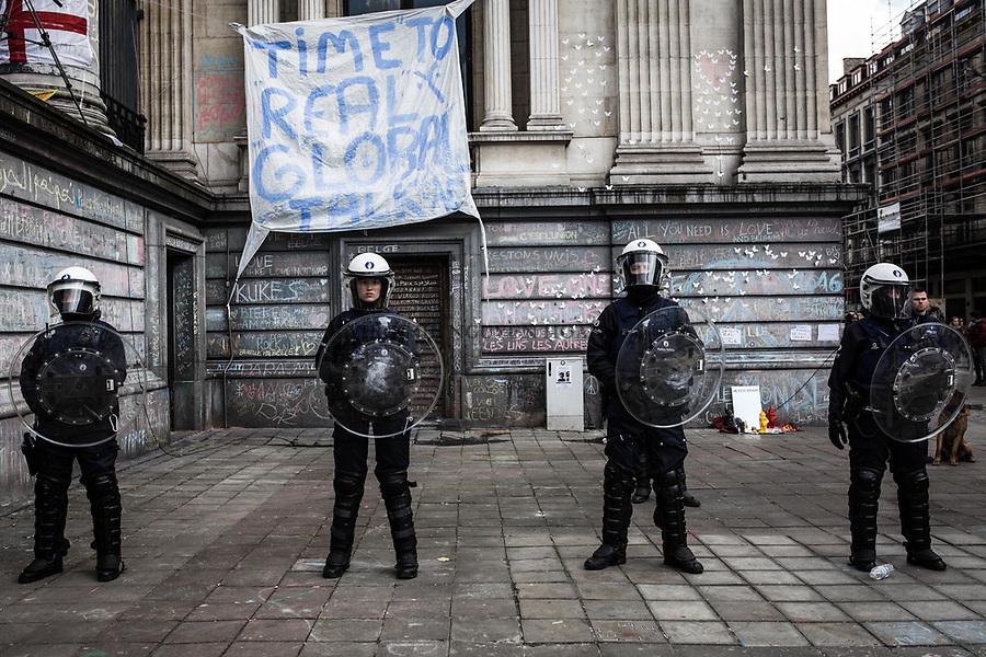BRUXELLES,Belgique: Quelques dizaines de minutes après l'arrivée des hooligans, les forces anti émeutes ont encerclées la place de la Bourse, le 27 mars 2016. Peu après 14h, environ 400 hooligans sont arrivés à la Bourse et on semé le trouble au mémorial aux victimes des attentats de Bruxelles. Après 45min, la police est entrée en action pour encercler les individus et les repousser jusqu'à la gare du Nord.