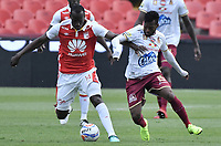 BOGOTÁ - COLOMBIA, 03-11-2018: Baldomero Perlaza (Izq.) jugador de Santa Fe disputa el balón con Luis Gonzalez (Der.) jugador del Tolima durante el encuentro entre Independiente Santa Fe y Deportes Tolima por la fecha 18 de la Liga Águila II 2018 jugado en el estadio Nemesio Camacho El Campin de la ciudad de Bogotá. / Baldomero Perlaza (L) player of Santa Fe struggles for the ball with Luis Gonzalez (R) player of Tolima during match between Independiente Santa Fe and Deportes Tolima for the date 18 of the Aguila League II 2018 played at the Nemesio Camacho El Campin Stadium in Bogota city. Photo: VizzorImage / Gabriel Aponte / Staff