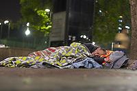 SÃO PAULO, SP, 14.06.2016 - CLIMA-SP- Morador de rua é visto dormindo no chão da Praça da Sé , na região central de São Paulo, na noite desta terça-feira, 14. (Foto: Adailton Damasceno/Brazil Photo Press)