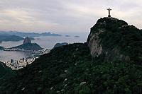 Rio de Janeiro (RJ), 14/04/2020 - Cristo-Rio - Imagens aereas do Cristo Redentor no Rio de Janeiro. Na tarde desta terca-feira (14). O monumento ao Cristo Redentor sera iluminado na cor verde-oliva nessa quarta-feira (15), as 18h, em homenagem ao Dia do Exercito e aos militares que estao no combate contra o novo coronavirus (Covid-19). (Foto: Andre Fabiano/Codigo 19/Codigo 19)
