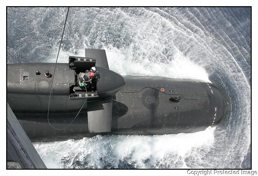 SNA Saphir,<br /> Sous-marin nucl&eacute;aire d'attaque.<br /> H&eacute;litreuillage d'un Super Frelon.<br /> Mer M&eacute;diterran&eacute;e