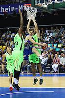 Max Merz (Fraport Skyliners) spielt einen Pass gegen Luis Bethelmy (Guaros de Lara) und Yohanner Sifontes (Guaros de Lara) - Fraport Skyliners vs. Guaros de Lara, Fraport Arena Frankfurt, FIBA Intercontinental Cup 2016