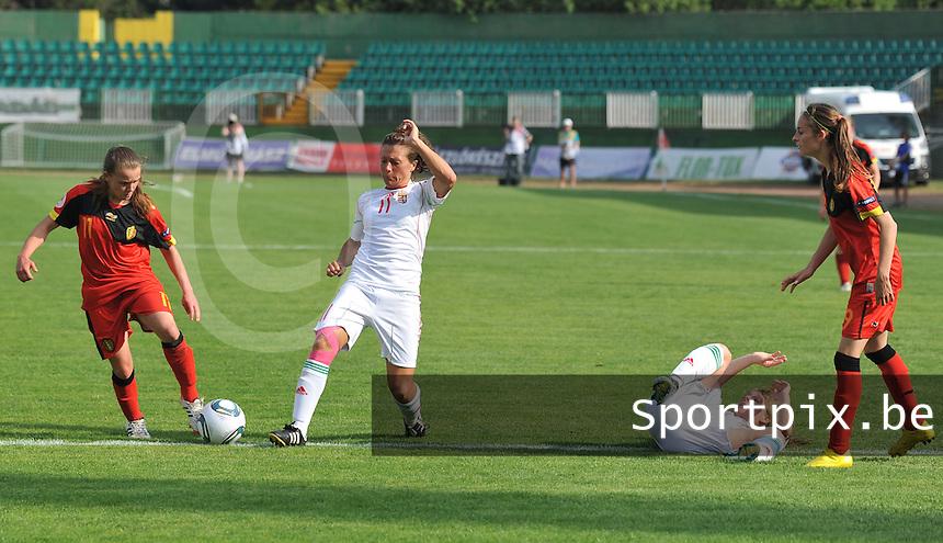 Hungary - Hongarije : UEFA Women's Euro Qualifying group stage (Group 3) - 20/06/2012 - 17:00 - szombathely  - : Hungary ( Hongarije ) - BELGIUM ( Belgie) :.Davina Philtjens in duel met Anett Nagy terwijl Tessa haar tegenstandster op de grond heeft gewerkt.foto DAVID CATRY / JOKE VUYLSTEKE / Vrouwenteam.be.