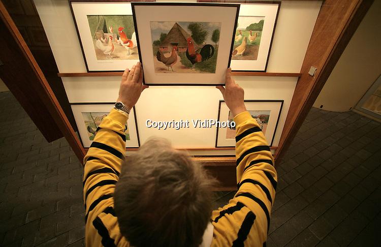 Foto: VidiPhoto..BARNEBELD - In Barneveld start woensdagmiddag een voor Nederland unieke tentoonstelling van schilderijen die in de oorlog door onderduiker Cornelis van Gink (later directeur van het Polygoon) geschilderd zijn. Het betreffen 100 aquarellen van Oud-Hollandse hoenderrassen. Het is voor het eerst dat de complete collectie in z'n geheel tentoongesteld wordt. De collectie is verspreid over het Veluws Museum Nairac en het Pluimveemuseum in Barneveld.